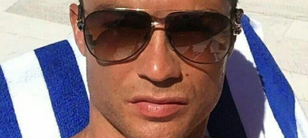 Cristiano Ronaldo dévoile ses abdos près de sa voiture de luxe !