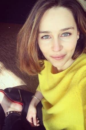 Emilia Clarke très fine en jean et veste verte à Londres après ses vacances !