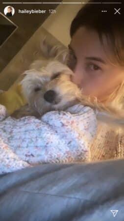 Hailey Baldwin: son petit chien la fait totalement craquer !