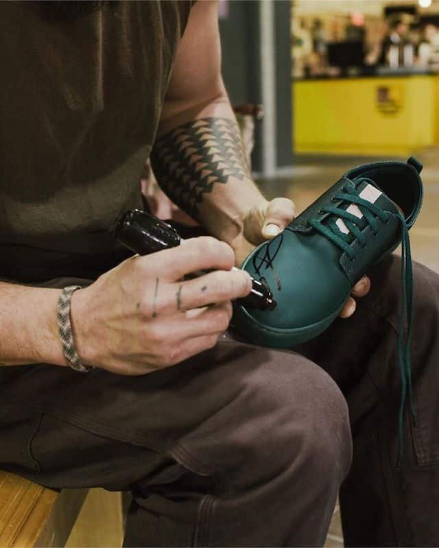 Jason Momoa dédicace des chaussures pour ses fans !