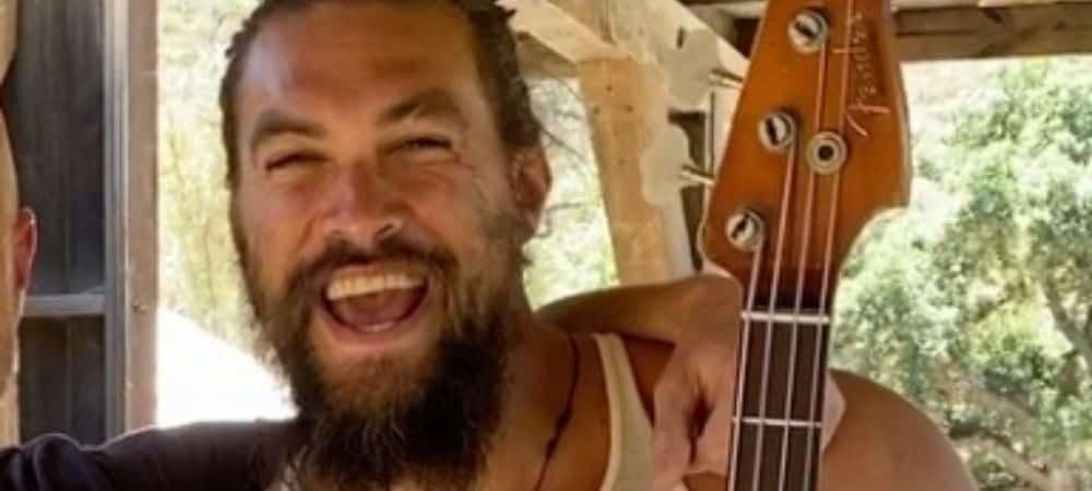 Jason Momoa s'éclate avec sa basse sur un morceau des Red Hot Chili Peppers