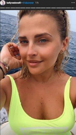 Kelly Vedovelli pose en maillot de bain jaune fluo sur Instagram !