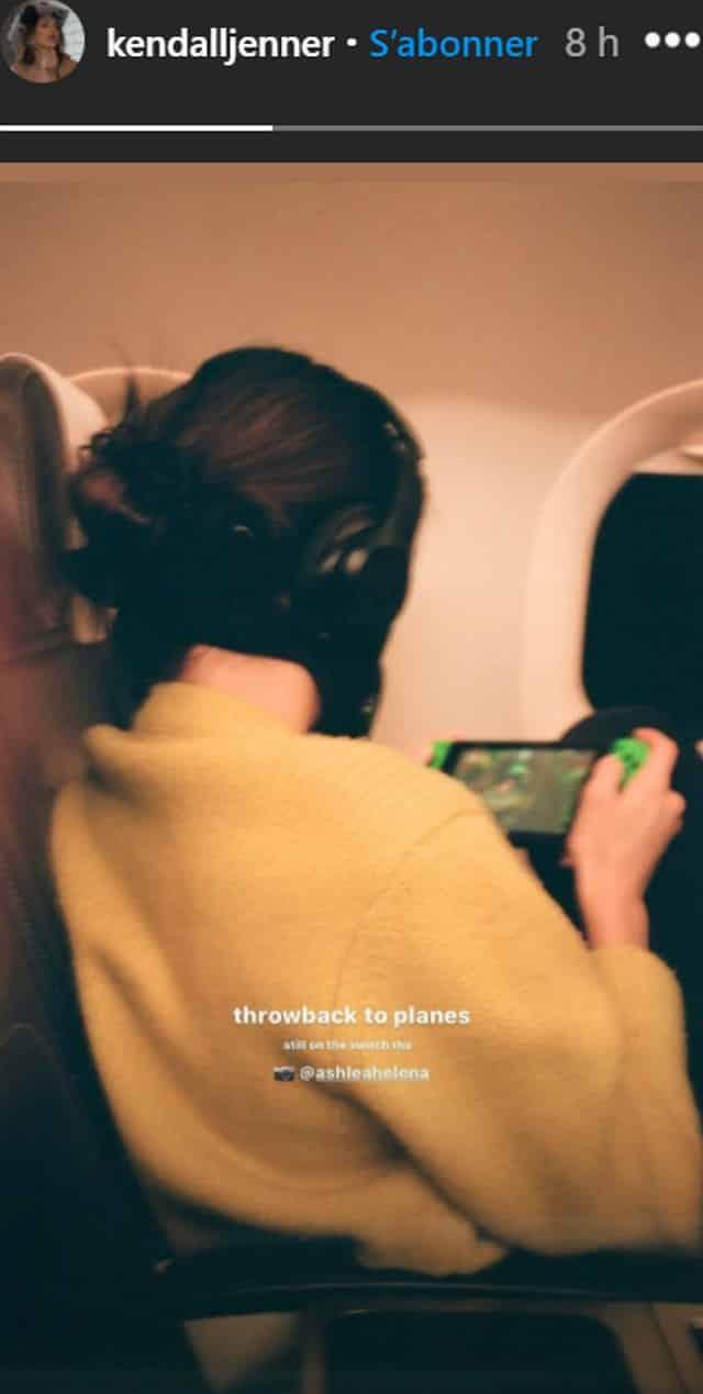Kendall Jenner confortable dans un avion pour jouer à la Switch !
