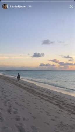 Kendall Jenner fait une belle promenade matinale à cheval à la mer 640