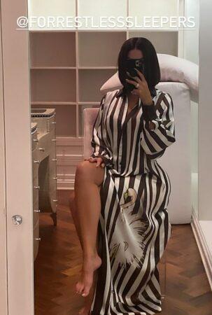 Khloé Kardashian dévoile ses longues jambes bronzées en robe de chambre 640