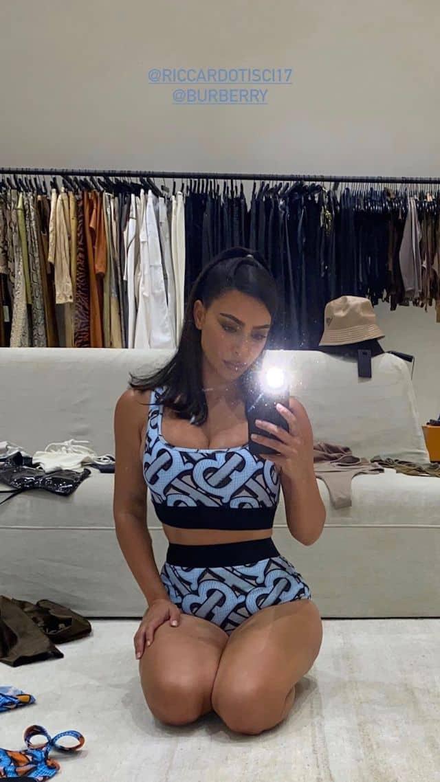 Kim Kardashian sexy dans un ensemble bleu Burberry !