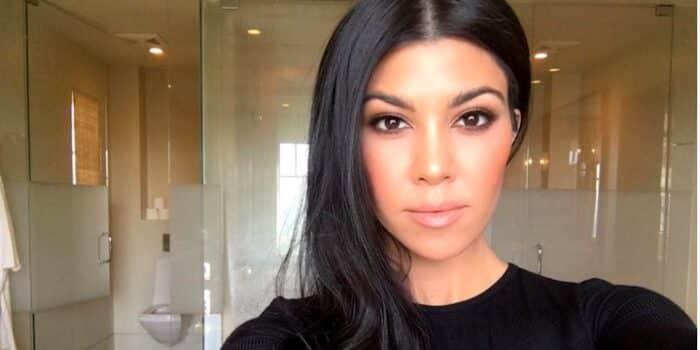 Kourtney Kardashian enflamme la toile en maillot de bain argenté 17082020-