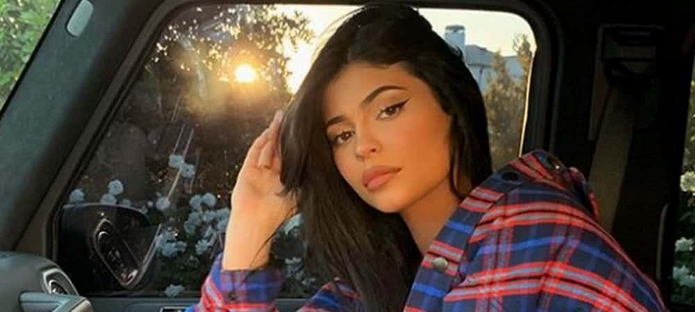 Kylie Jenner: bottes en cuir et chemise XXL, son outfit fait le buzz !