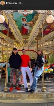Kylie Jenner prend la pose dans une rue Parisienne masquée !