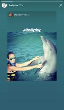 Laeticia Hallyday rayonne de bonheur près d'un dauphin en vacances 640