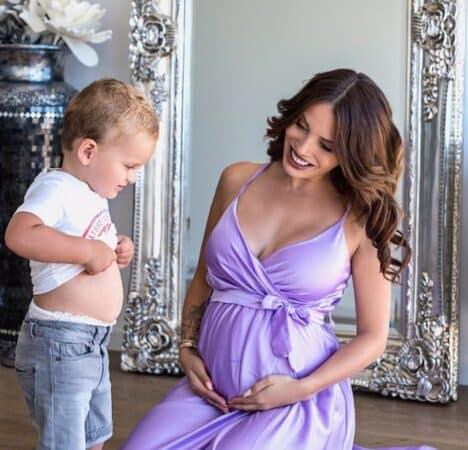 Manon Marsault dévoile son baby bump dans une belle robe orange 640