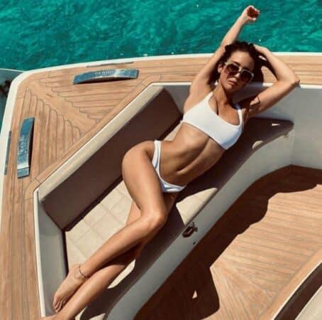 María Pedraza dévoile son corps de rêve en bikini à la piscine !