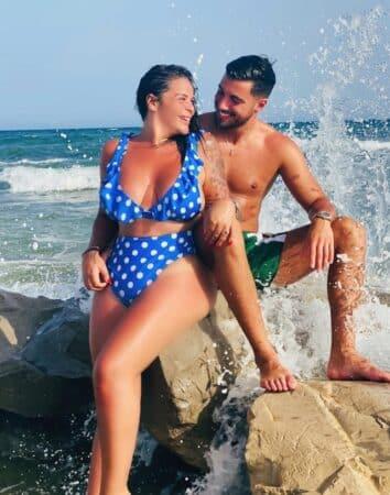 Sarah Fraisou très complice avec son chéri Ahmed à la plage 640