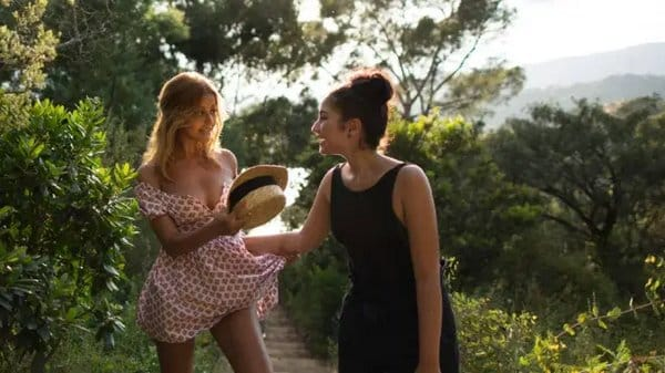 "Zahia Dehar s'affiche en ""fille facile"" en mini bikini sur son balcon !"