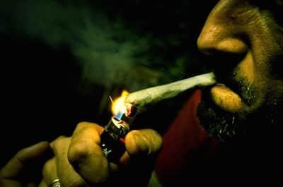 Cannabis: fumer un joint dans la rue est passible d'une grosse amende !