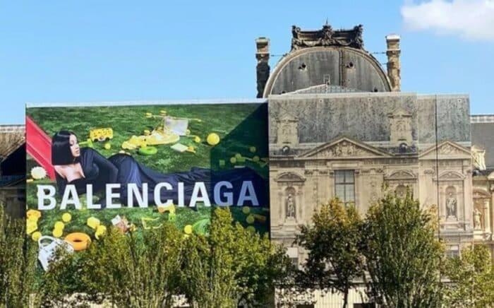 Cardi B s'affiche sur la façade du Louvre