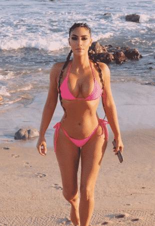 Kim Kardashian sexy à la plage