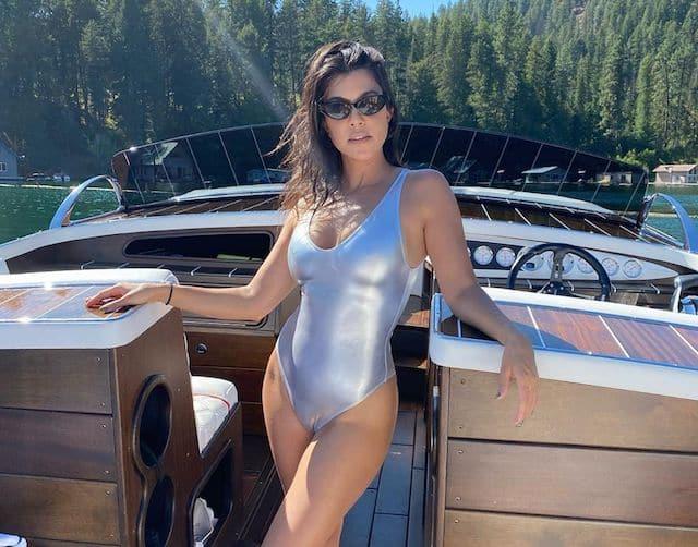 Kourtney Kardashian pose avec son petit chien en bikini orange !