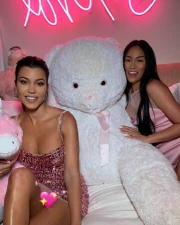 """Kourtney Kardashian pose en bikini très échancré avec sa """"femme"""" !"""