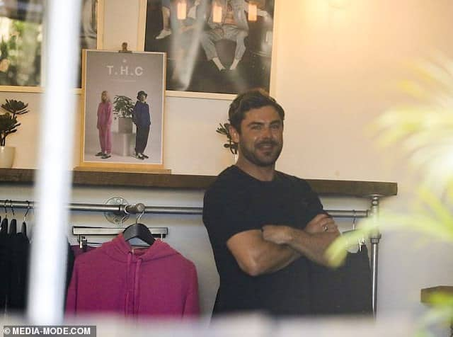 Zac Efron s'affiche en pleine séance de shopping en solo !