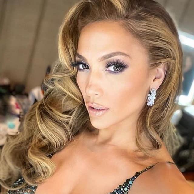 Jennifer Lopez enflamme la toile pour la promo de son nouveau parfum !