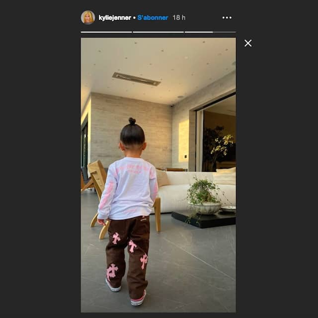 Kylie Jenner est trop gaga de la nouvelle tenue de sa fille Stormi !