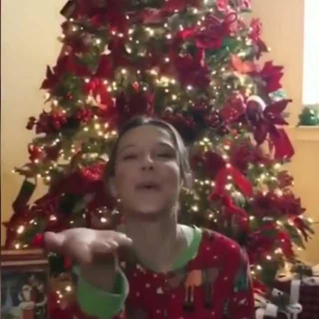 Millie Bobby Brown a hâte de fêter Noël elle installe déjà son sapin !