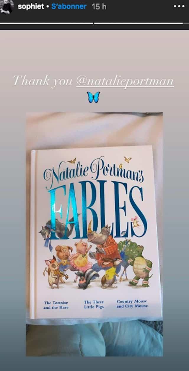 Sophie Turner ravie d'avoir le livre de fables de Natalie Portman !