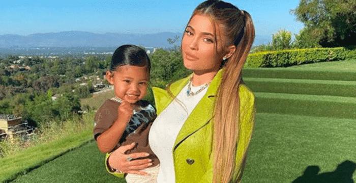 Kylie Jenner emmitouflée dans un manteau noir avec sa fille Stormi 14112020-