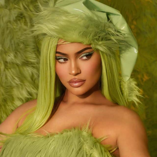 Kylie Jenner sexy pour sa collection Grinch x Kylie Cosmetcis !