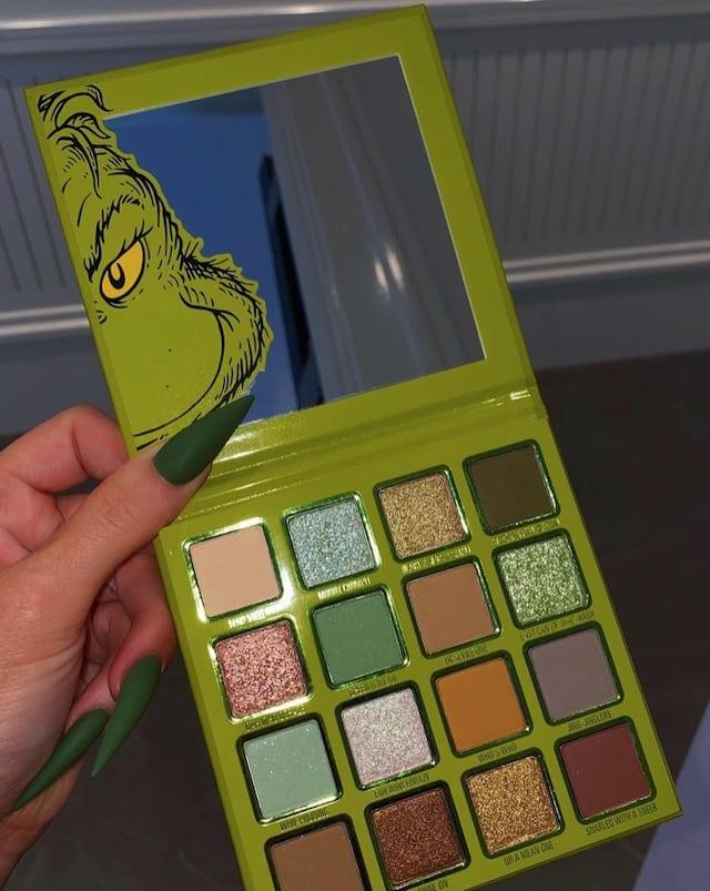 Kylie Jenner très sexy transformée en Grinch pour Kylie Cosmetics 640