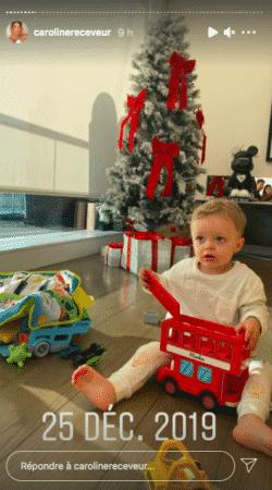 Caroline Receveur son fils Marlon à croquer en train d'ouvrir ses cadeaux 25122020-