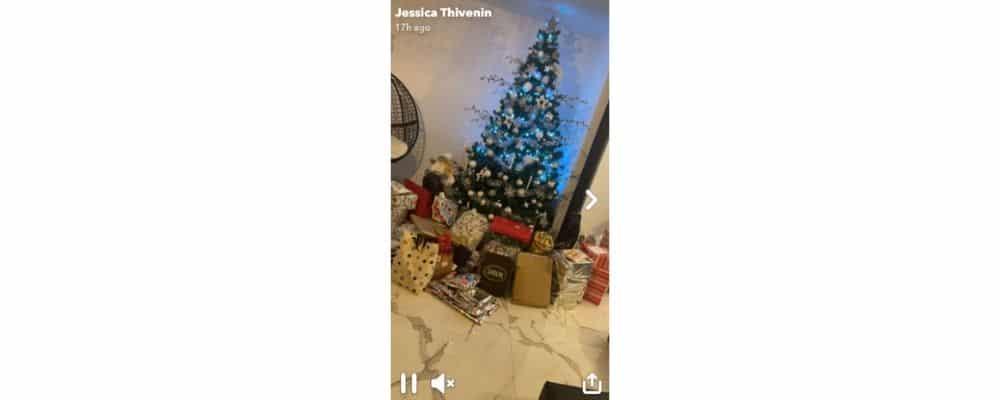Jessica Thivenin dévoile son immense sapin rempli de cadeaux de Noël !