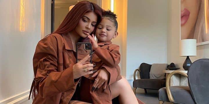 Kylie Jenner: sa petite Stormi aborde déjà des tenues ultra stylées !