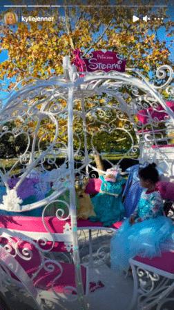 Kylie Jenner Stormi devient une vraie princesse grâce à Travis Scott 26122020-