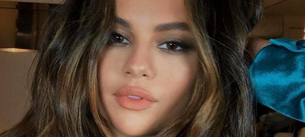 Selena Gomez rayonnante en mini jupe sur Instagram 1000