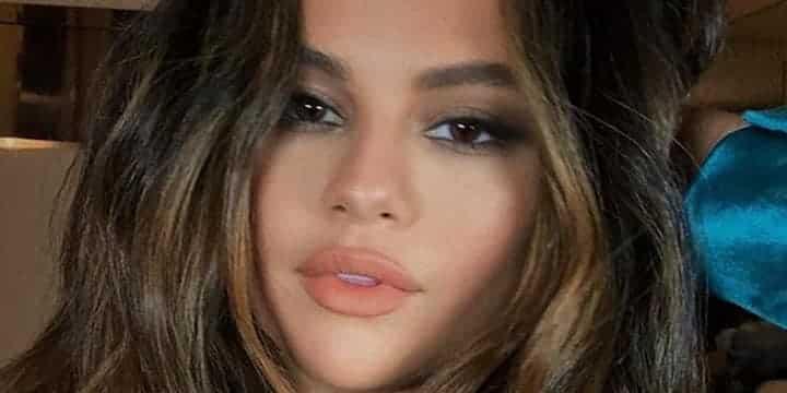 Selena Gomez rayonnante en mini jupe sur Instagram 720