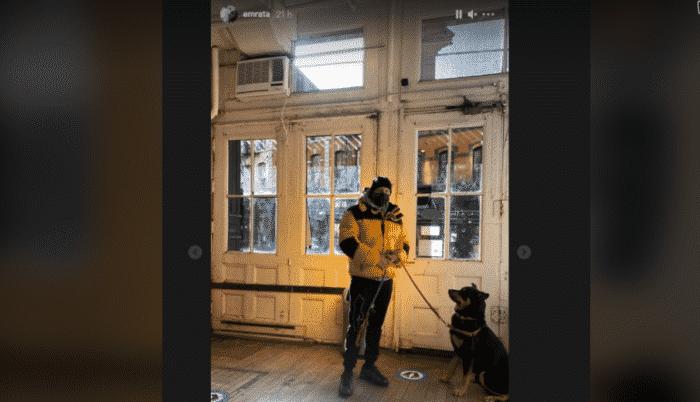 Emily Ratajkowski son chéri à fond sur son chien Colombo