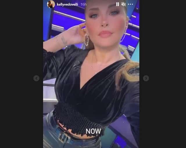 Kelly Vedovelli très sexy en crop top velours sur le plateau de TPMP !