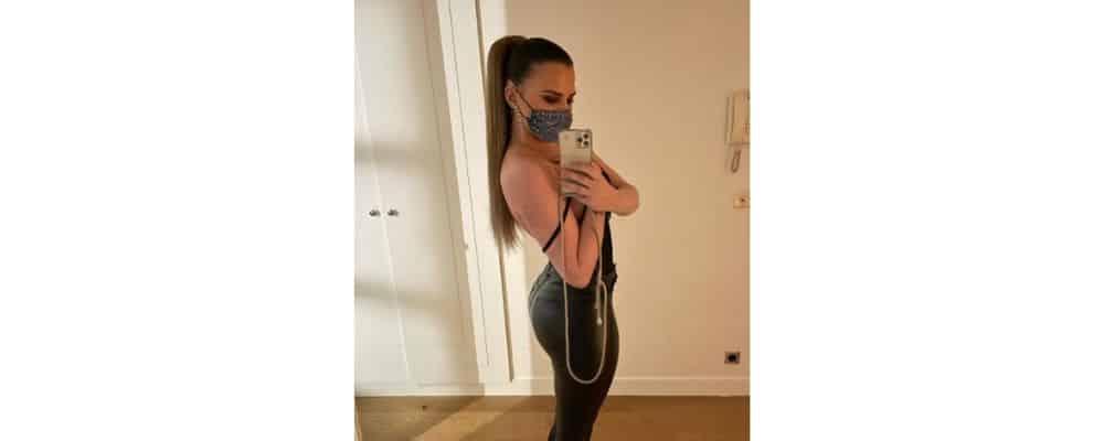 Kelly Vedovelli ultra sexy en legging moulant en cuir sur Instagram !