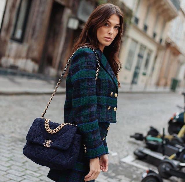 Iris Mittenaere classe dans un très bel ensemble dans les rues de Paris !