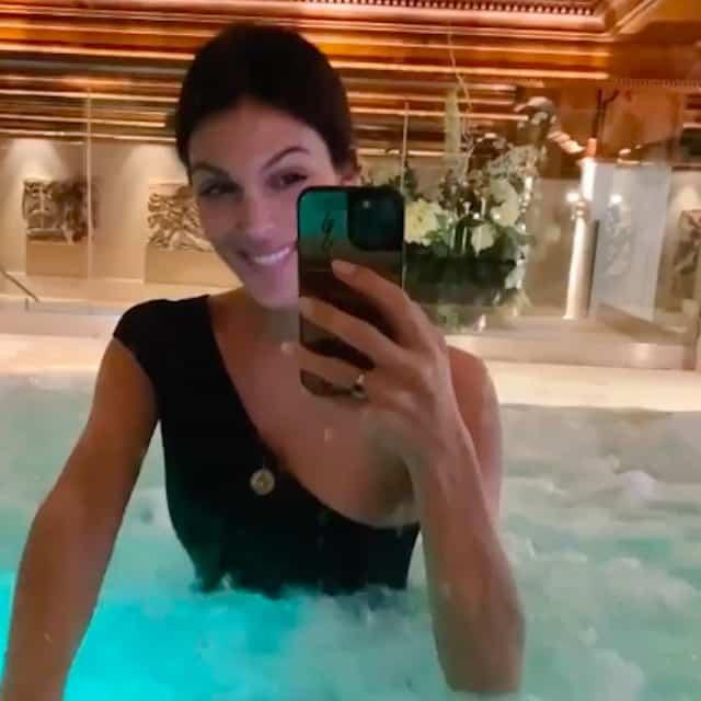 Iris Mittenaere ultra sexy en maillot pour une après-midi détente au spa !