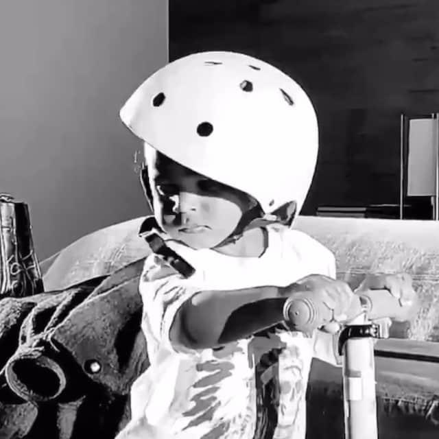 Kim Kardashian: Psalm adorable en trottinette dans une vidéo !