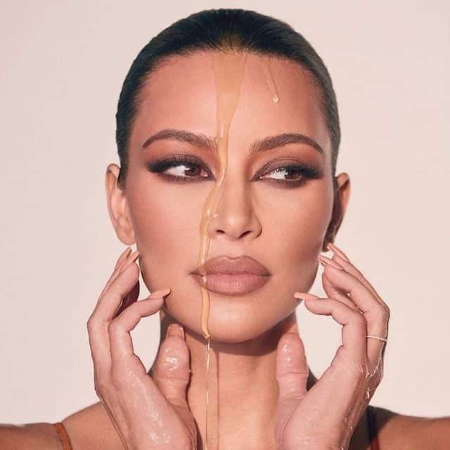 Kim Kardashian toute recouverte de miel pour la promo de KKW Beauty !