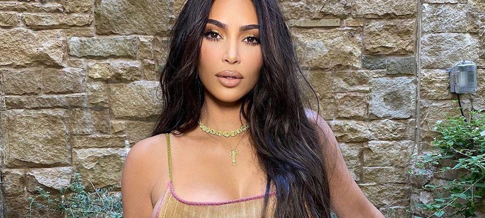 Kim Kardashian sublime ornée de fleurs pour la promo de KKW Beauty !