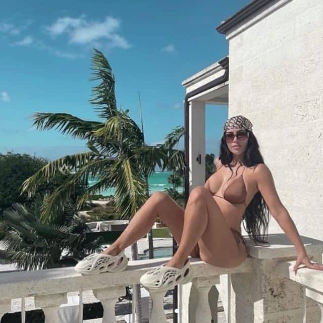 Kim Kardashian torride en mini bikini sur son balcon !