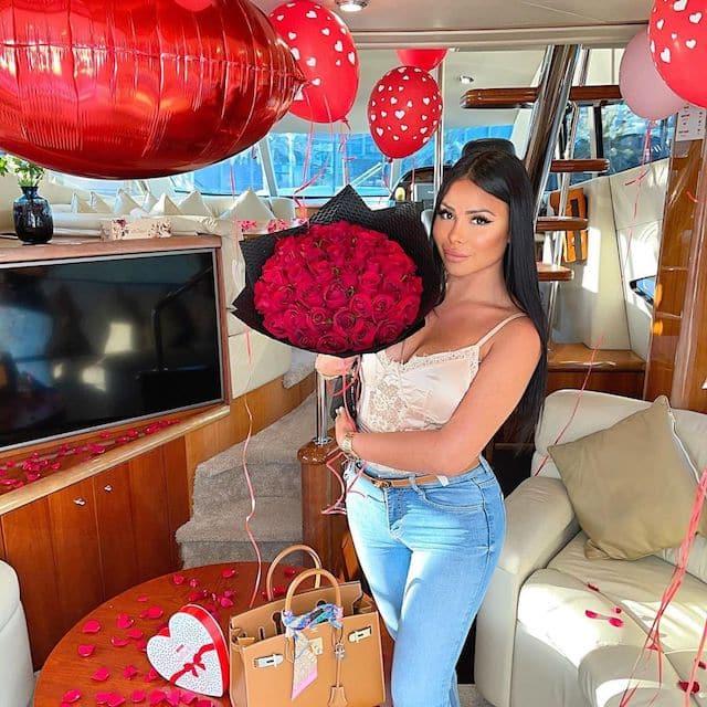 Maeva Ghennam entourée de pétales de fleurs pour la Saint-Valentin !