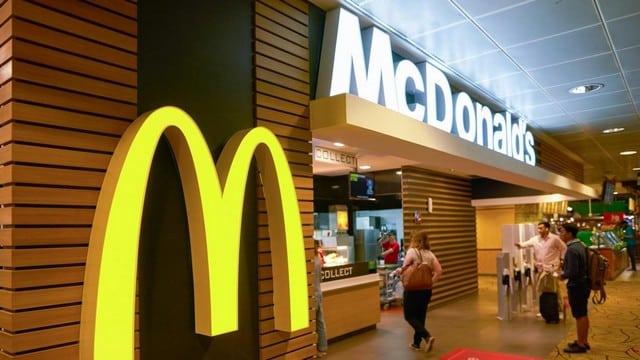 McDonald's: un homme devient fou et menace des clients avec un couteau !