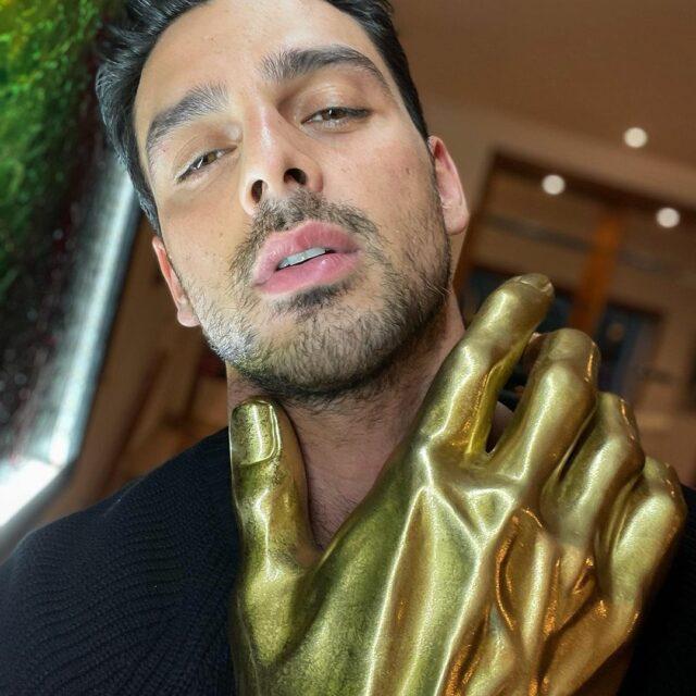 Michele Morrone s'affiche avec une énorme main en or !