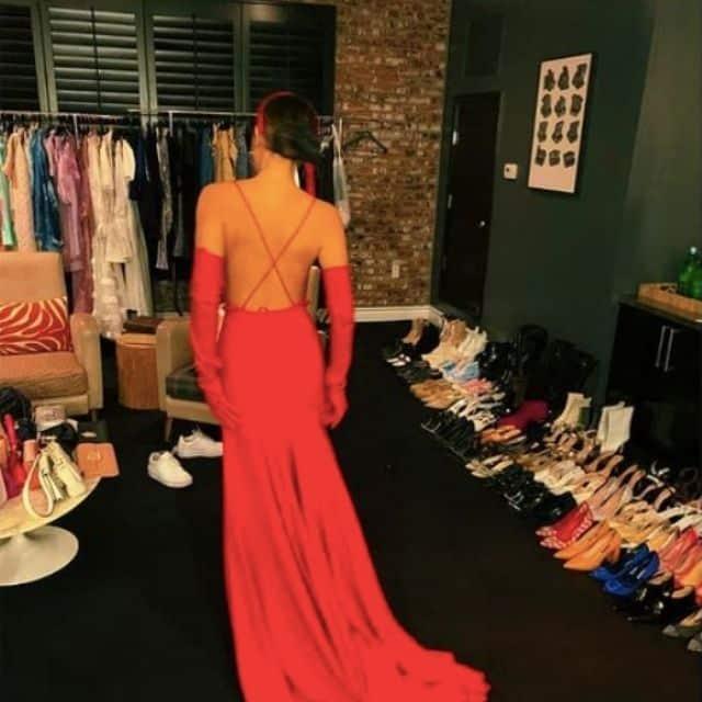 Millie Bobby Brown splendide dans une longue robe de soirée !